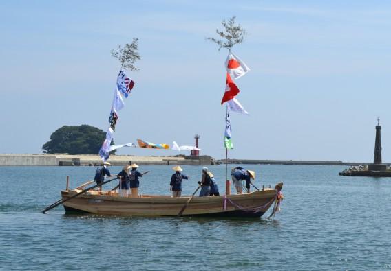 平成27年8月9日、テントの進水式。約40年ぶりにテントが海に浮かんだ。