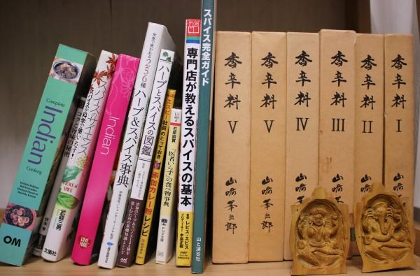 店内に置かれたスパイスの本たち。決心したらとことん突き詰める性格の仲さん。実はスパイス&ハーブ検定の1級保持者でいらっしゃいます。