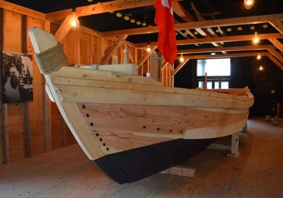 魚々座内のテント。船種の部材が水押(ミヨシ)。 空に突き立つ水押の形がテント名の由来か。